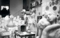 Marie Uchytilová modeluje sochu lidické dívky (listopad 1987)