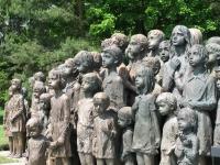 Pohled na bronzový Památník dětských obětí války v Lidicích (r. 2010)