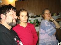 Věra Náhlíková s manželem Petrem a dcerou Martinou v kuchyni (r. 2004)