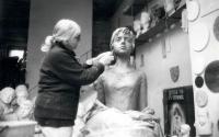 Marie Uchytilová modeluje sochu lidické dívky (1987)