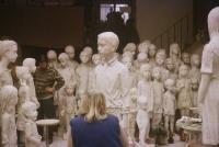 Památník dětským obětem války – nadživotní sousoší 82 lidických dětí; Marie Uchytilová retušuje poslední sochu v r. 1989