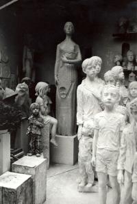 Pohled do ateliéru v r. 1989: Lidická matka, Mobilizace, část sousoší lidických dětí