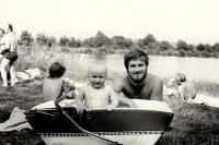 Manžel Sylvie Klánové Miroslav Klán se synem Miroslavem v létě u vody