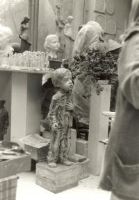 Marie Uchytilová stojí vpravo, vlevo je malý model sousoší lidických dětí a socha Vězně (r. 1989)