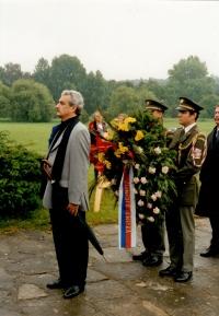 Ministr kultury Pavel Dostál při kladení věnců ke hrobu lidických mužů (r. 2001)