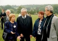Ministr kultury Pavel Dostál, Sylvia Klánová, vlevo Ing. Marie Tělupilová – ředitelka Památníku Lidice (r. 2001)