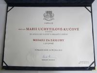 Listina o udělení státního vyznamenání akademické sochařce Marii Uchytilové (28. 10. 2013)