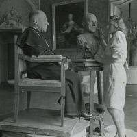 Marie Uchytilová tvoří bustu arcibiskupa Josefa Berana