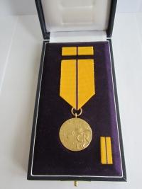 Medaile Za zásluhy 1. stupně udělená akademické sochařce Marii Uchytilové in memoriam (28. 10. 2013)