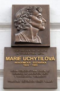 Pamětní deska v Plzni vytvořená Sylvií Klánovou mamince akademické sochařce Marii Uchytilové; odhalení desky proběhlo spolu s primátorem Plzně Martinem Baxou v roce 2011