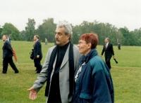 Sylvia Klánová s ministrem kultury Pavlem Dostálem před pomníkem na lidické pláni (r. 2001)