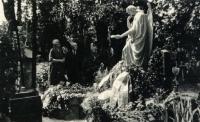 Manželé Marie a Alois Seidlerovi u hrobu Josefa Kajetána Tyla