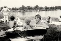 Sylvia Klánová se synem Miroslavem v létě u vody (pol. 70 let)