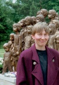 Sylvia Klánová v roce 1995 před první skupinou sousoší. (Sochy byly instalovány postupně od r. 1995 do r. 2000)