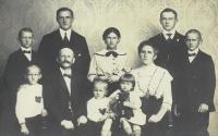 Rodina Seidlerů: maminka Marie Uchytilové nahoře uprostřed, nahoře druhý zleva Toník Seidler, který zahynul při testování tanku (1939)