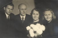 Rodinná fotografie a na ní zleva: Heliodor Uchytil (bratr Marie Uchytilové), Václav Uchytil (otec M. Uchytilové), Anna Uchytilová (maminka M. U.,) Marie Uchytilová