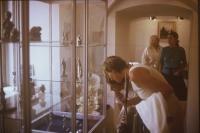 Výstava Zlatá ulička: v pozadí Marie Uchytilová v bílém, vpředu Sylvia Klánová se synem při prohlížení maminčiny práce (r. 1986)