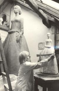 Marie Uchytilová při práci na soše Barunky pro Českou Skalici – nadživotní socha a vpravo třetinová (r. 1969)