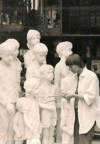 Dcera Marie Uchytilové Sylvia Klánová u soch (80. léta)