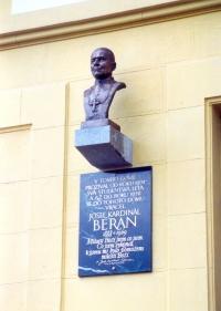 Bronzová busta arcibiskupa Josefa Berana od Marie Uchytilové v Křížkově ulici v Plzni (1995)