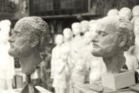 Pohled do ateliéru: vlevo v hlíně práce Sylvie Klánové, dcery Marie Uchytilové