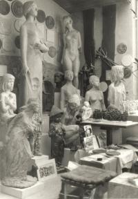 Pohled na životní a nadživotní plastiky Marie Uchytilové; vpravo desetinové modely sousoší lidických dětí z cínu a sádry