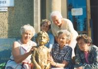 Lidické maminky hladí sochu lidického dítěte (1992)