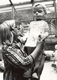 Marie Uchytilová drží sádrovou sochu dívenky (70. léta)
