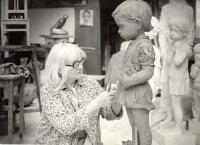 Marie Uchytilová modeluje lidické dítě (70. léta)