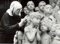 Marie Uchytilová retušuje sousoší lidických dětí