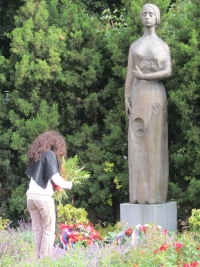 Operní pěvkyně jménem Lídice Robinson z Jižní Ameriky při návštěvě Lidic – u sochy Lidické matky v Kladně (r. 2012)