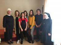 Žáci ZŠ Pod Marjánkou se sestrou Brigitou a sestrou Remígií v domově svatého Karla Boromejského.