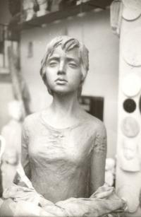 Modelace sochy lidické dívky (1987)