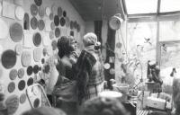Marie Uchytilová modeluje sochu lidické dívky (r. 1987)