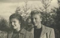 Jarmila s kamarádkou Alenou, která vítala Němce
