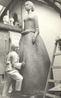 Barunka - Božena Němcová sedmnáctiletá pro Českou Skalici z hlíny v nadživotní velikosti (1969)