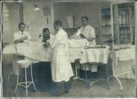 Vinohradská nemocnice, začátek 20. století, Profesor Michl - vousy, silný, tchán MUDr. Dobruský jako sekundář vpravo