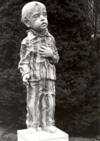 Vězeň z bronzu o výšce 97 cm v Terezíně (r. 1978)