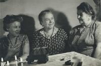 Maminka Jaroslavy vpravo, tchyně od manžela uprostřed, sestra manžela vlevo, zač. 60. let