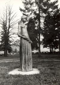 Pieta z bronzu v nadživotní velikosti ve Žďáru nad Sázavou (r. 1982)