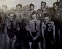 1945 pamětník se skauty Hoši z Podluží před vítáním prezidenta Edvarda Beneše.