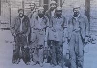 1954 fotografie z vojny, z dolu, společně s kněžími. Fotka se dostala do knihy Hořké vzpomínání