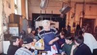 80. léta, setkání bývalých zaměstnanců sklárny v Nižboru, pamětník jako číšník a organizátor