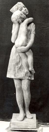 Obětavá péče ze sádry o výšce 175 cm z r. 1977 (poté v bronzu ve Zbraslavicích)