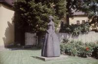 Bronzová socha Barunky s názvem Božena Němcová sedmnáctiletá v nadživotní velikosti v České Skalici (r. 1970)