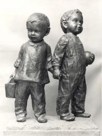 Děti na písku z pat. sádry o výšce 95 cm (Říčany, r. 1979)