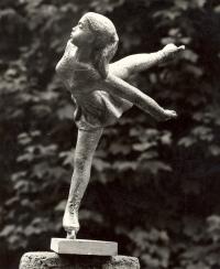 Krasobruslařka z bronzu o výšce 60 cm (r. 1976)
