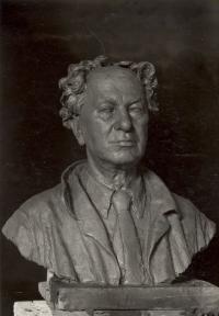 Portrét profesora AVU Otakara Nejedlého, akademického malíře, který vytvořila akademická sochařka Marie Uchytilová (r. 1954)