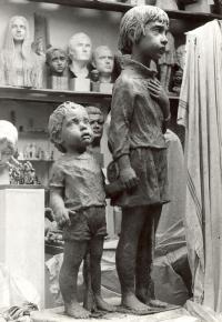 Dvojice soch lidických dětí z hlíny
