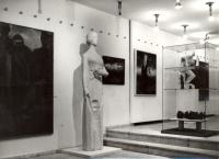 Výstava ve Středočeské galerii: Lidická matka, vpravo desetinový model lidického sousoší (r. 1982)